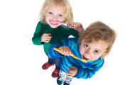 Как приучить ребенка чистить зубы?