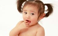 Как отучить ребенка сосать свои пальцы?