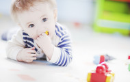 Варианты игр на животике для малышей