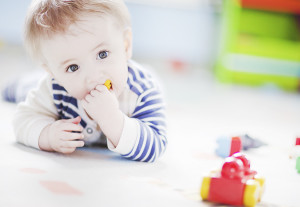 как играть с ребенком на животике