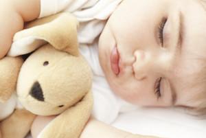 когда ребенку можно спать в кроватке