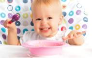 Почему вы не должны запрещать детям есть самим?