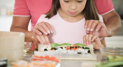 Дети и кухня: когда и чем они смогут вам помочь?